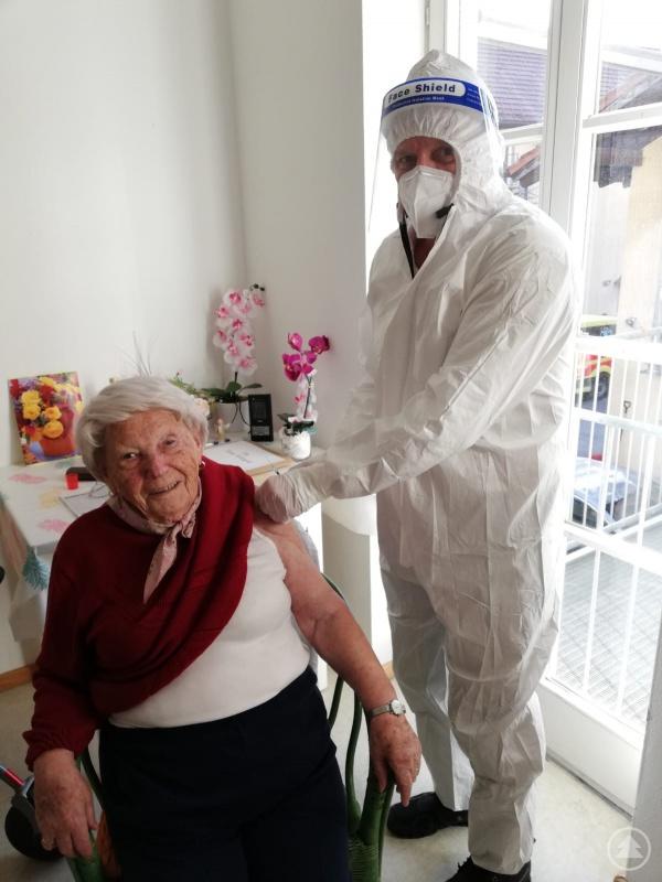 Hildegard Tietze, die erste im Landkreis Freyung-Grafenau geimpfte Person zusammen mit dem impfenden Arzt Dr. Helmut Empl