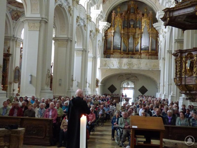 Gemeinsam feierten die Reisenden eine Maiandacht in der barocken Basilika und lauschten den Ausführungen von Frater Stefan. Danach ging es zur gemeinsamen Brotzeit.