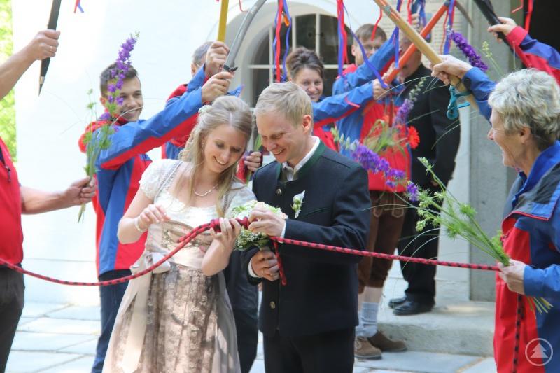 Das Brautpaar beim Versuch, den Knoten zu lösen.