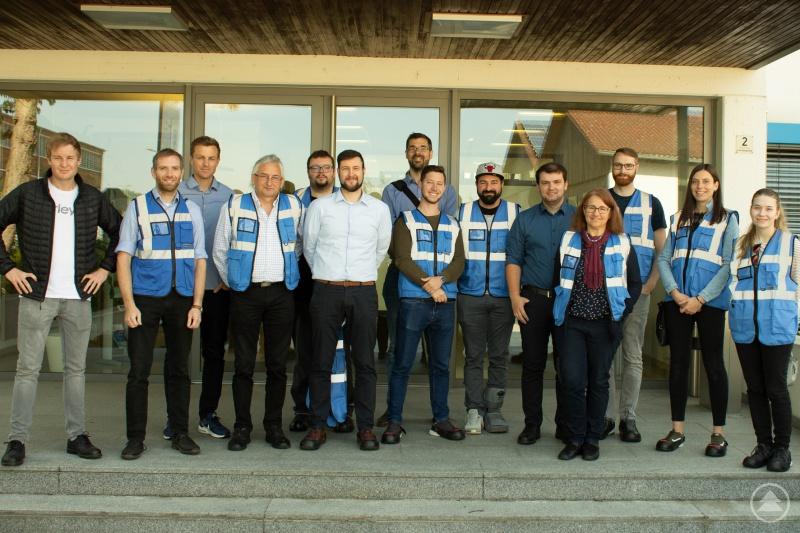 Die Teilnehmer der Weiterbildung vor dem Betriebsgebäude von Wallstabe & Schneider.