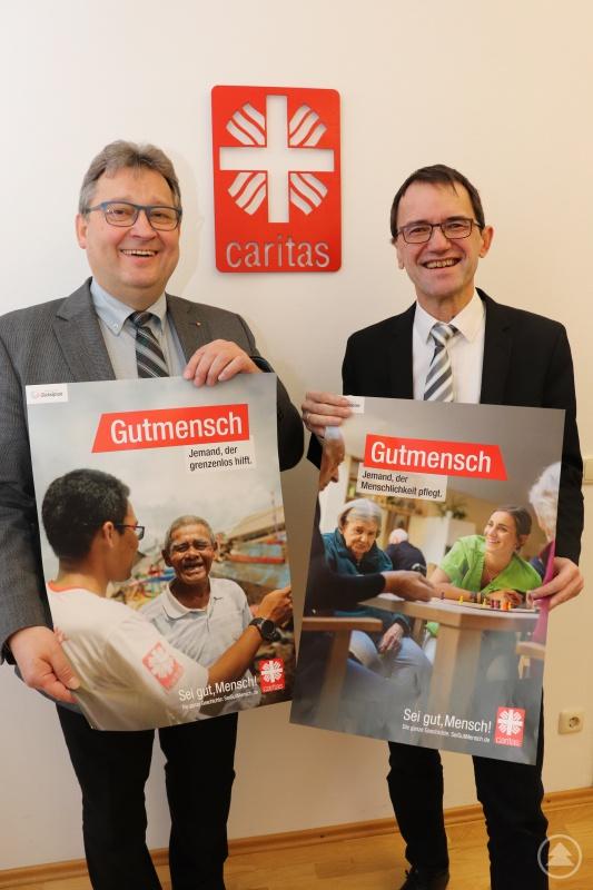 """""""Sei gut, Mensch!"""". Die Vorstände des Diözesan-Caritasverbandes, Michael Endres (re.) und Diakon Konrad Niederländer mit zwei Motiven zur Kampagne. Sie zeigen Menschen, die Verantwortung in der Gesellschaft übernehmen und sich in Caritas-Diensten engagieren."""