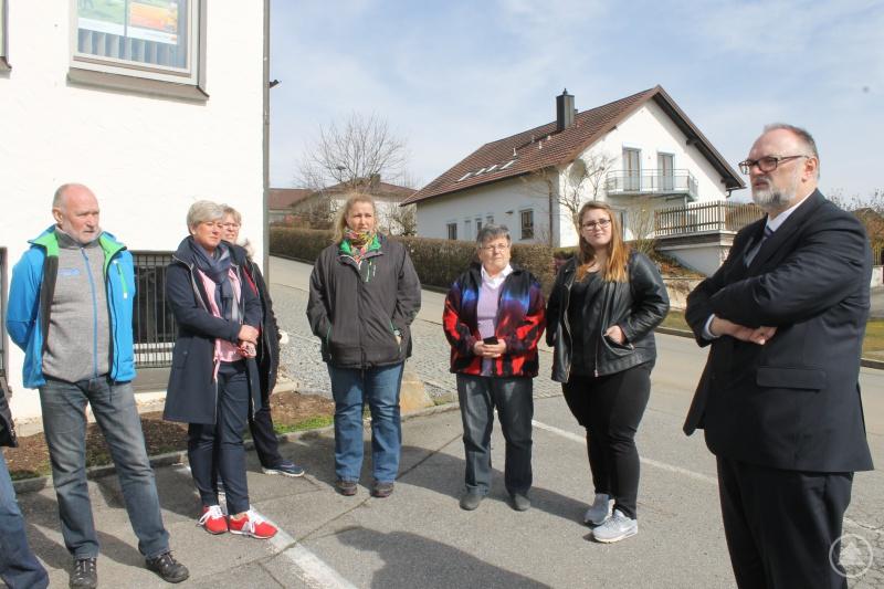 Oberbürgermeister Jürgen Dupper (rechts) und Stadtrat Manfred Springinklee (links) beim Ortstermin mit Anwohnern.