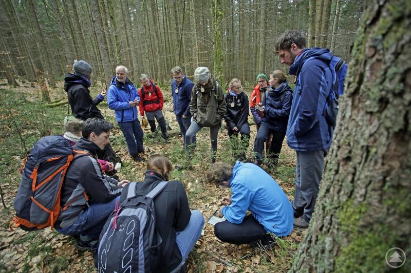 Als Auftakt ins Praktikum findet im Mai 2021 im Wildniscamp am Falkenstein ein einwöchiges Seminar statt, bei dem angehende Praktikanten aus ganz Deutschland auf ihren Einsatz vorbereitet werden.