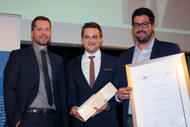 Vorsitzender Fabian Erbersdobler (l.) ehrte Josef Stemplinger (m.) als aktivstes Mitglied 2015 und dankte Franz Hirtreiter (r.) für sein Engagement in der Vorstandtschaft