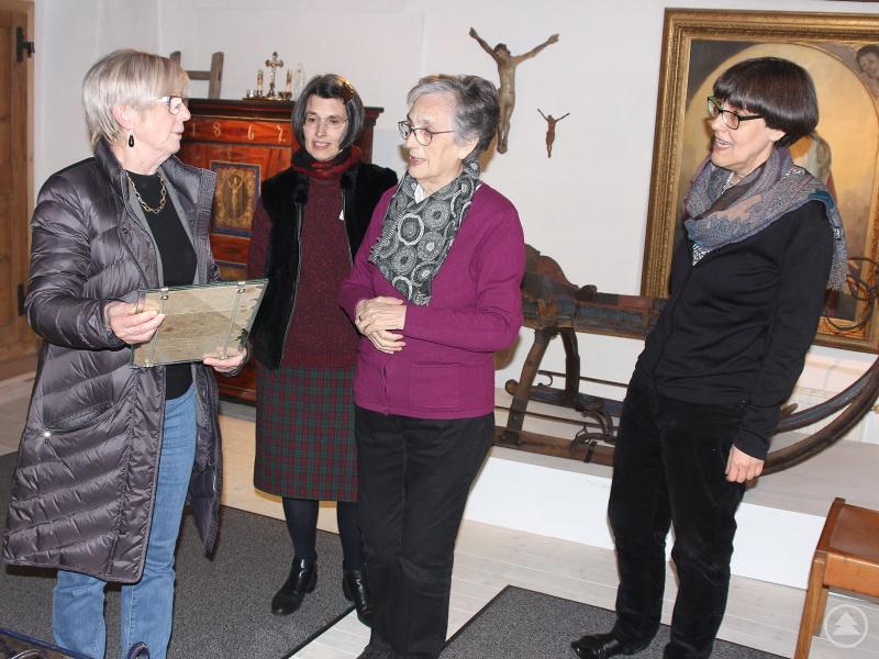 (v.li.) Landrätin Rita Röhrl mit Elisabeth Grotz, Anneliese Grotz und Marie-Luise Grotz bei der Museumsführung.