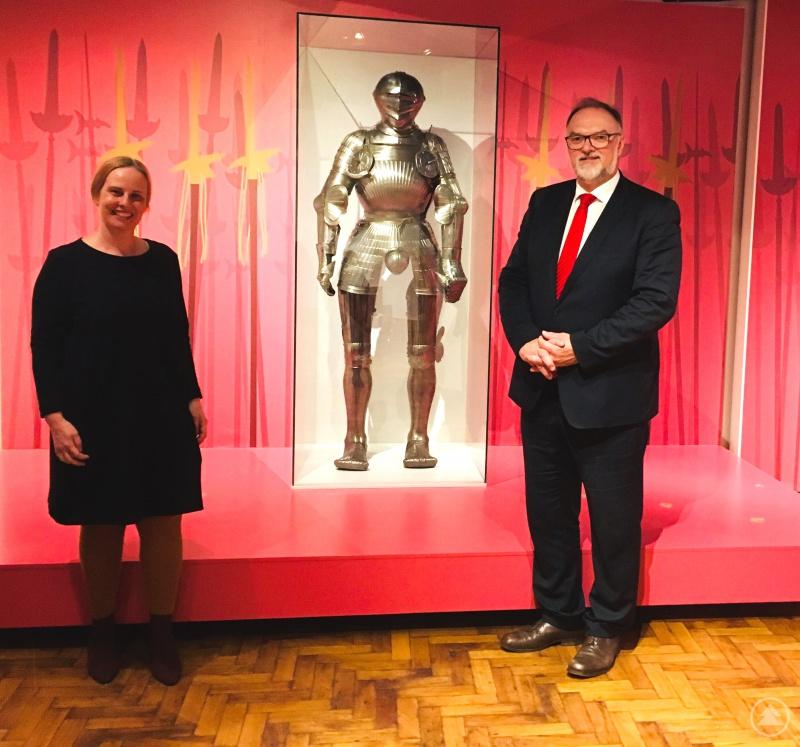 Oberbürgermeister Jürgen Dupper beim Ausstellungsrundgang mit Museumsleiterin Dr. Stefanie Buchhold.