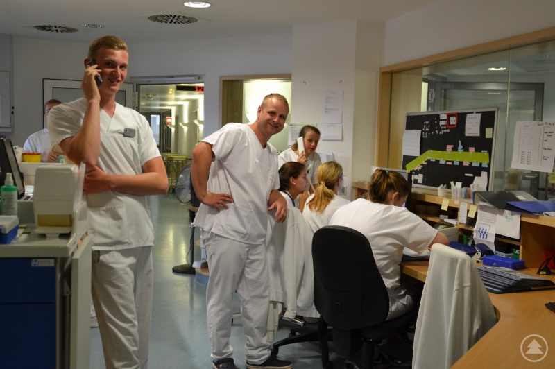 Die Krankenpflegeschüler in Aktion – angeleitet von Michael Waitzbauer, Lehrer der Berufsfachschule für Krankenpflege (Mitte)