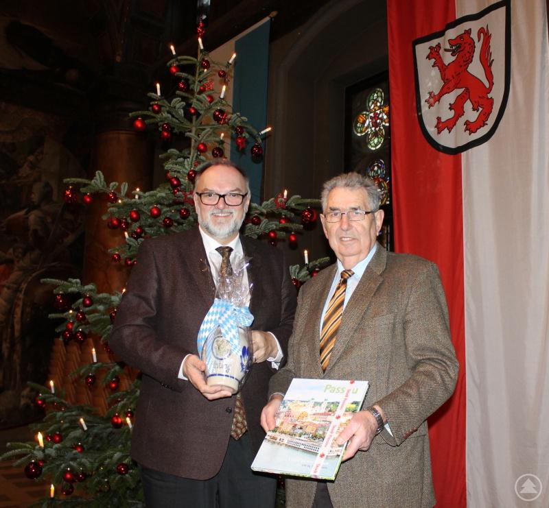 Oberbürgermeister Jürgen Dupper (links) beim Geschenkeaustausch mit Organisator Josef Maierhofer.