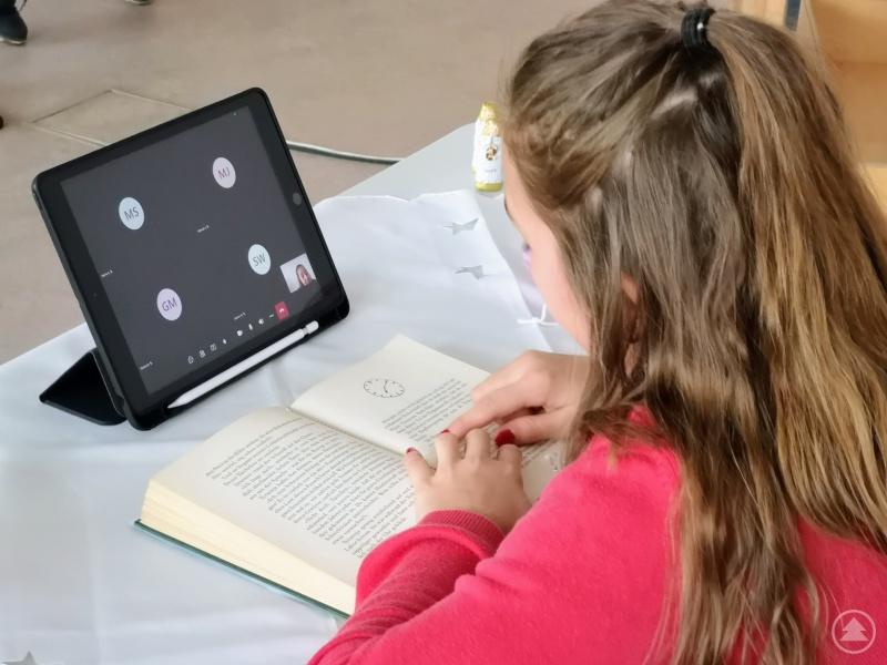 Die Siegerin des Vorlesewettbewerbs Hannah Friedl aus der Klasse 6b wird mit ihrem Lesebeitrag digital in die Klassenzimmer übertragen.