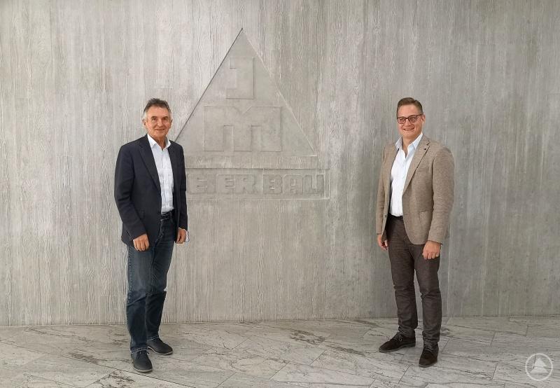 Noch vor dem gegenwärtigen Lockdown führte MdL Walter Taubeneder (links) einige Gespräche zur Lage der Wirtschaft in der Region. Zur aktuellen Situation in der Baubranche tauschte er sich mit dem Geschäftsführer der Josef Meier GmbH & Co. KG, Richard Hofmann (rechts), aus.