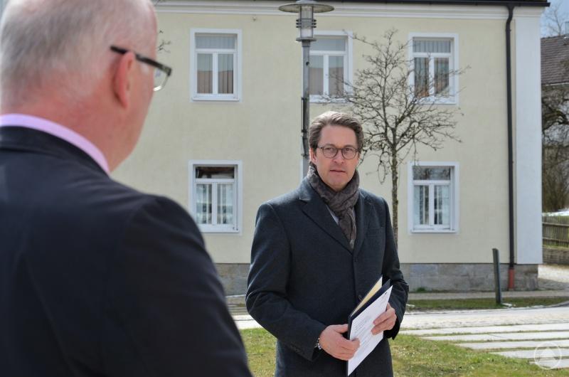 Bundesverkehrsminister Andreas Scheuer mit dem Förderbescheid für den Breitbandausbau zu Gast in der Gemeinde Ruderting bei Bürgermeister Rudolf Müller.