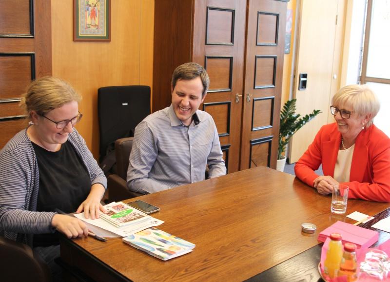 Entspannte Atmosphäre im Gespräch: (v.li.) KJR-Geschäftsführerin Anna Wagner, KJR-Vorsitzender Thomas Löffler und Landrätin Rita Röhrl