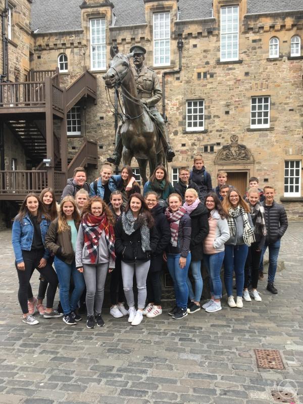 Die Schülergruppe des Gymnasiums Freyung im Edinburgh Castle.