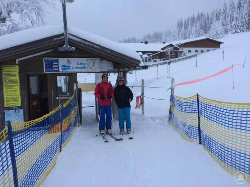 Landrat Sebastian Gruber und ZV Wintersportzentrum-GF Bernhard Hain bei der ersten Testfahrt im Skizentrum Mitterdorf.
