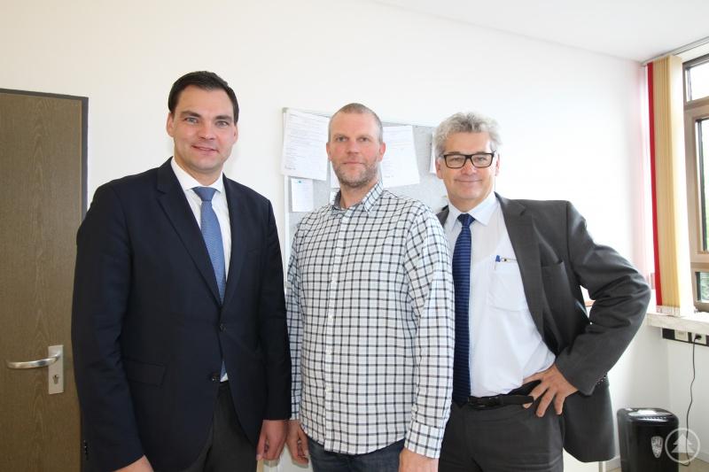 Landrat Sebastian Gruber (links) und der zuständige Abteilungsleiter Siegfried Wilhelm (rechts) haben den neuen Heimleiter des Schülerwohnheims Waldkirchen Tobias Ehrhardt vor kurzem offiziell willkommen geheißen.