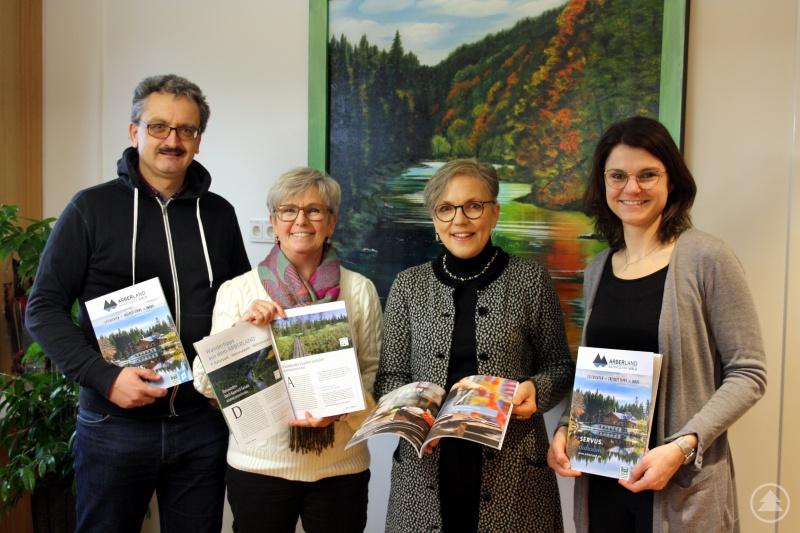 Vorstellung des neuen ARBERLAND Imageprospekts durch Landrätin Rita Röhrl zusammen mit Otto Krottenthaler, Susanne Wagner und Kathrin Baumann (v.l.n.r.)