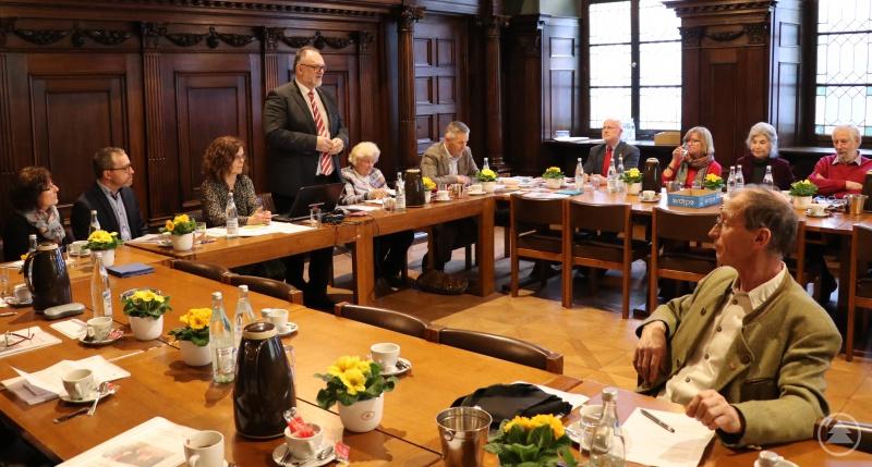 Informationen aus erster Hand: Oberbürgermeister Jürgen Dupper (stehend) bei der Delegiertenversammlung der Passauer Seniorenvertretung.
