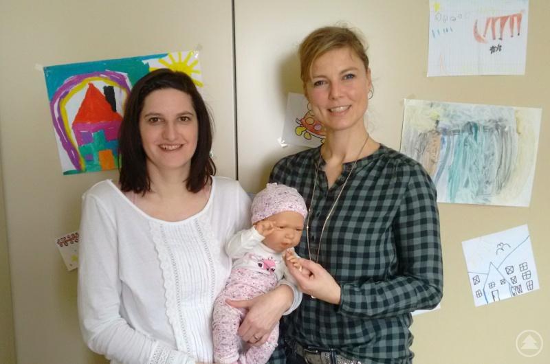 Sie führen durch die Sprechstunde: Familienkinderkrankenschwestern Gaby Oefele (rechts) und Nicole Gäßler (links)