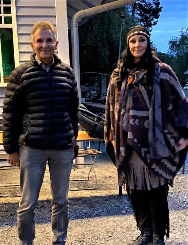 v.l. MdL Walter Taubeneder und Schauspielerin Claudia Jung, MdL a. D., am Rande der Karl-May-Spiele in Pullman City.