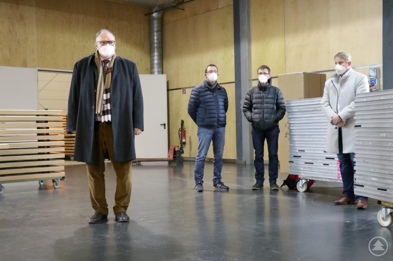 Das Corona-Impfzentrum der Stadt Passau in der X-Point-Halle ist ab 15. Dezember einsatzbereit. Dafür sorgen Oberbürgermeister Jürgen Dupper (von links), Verwaltungsleiter Erik Linseisen, Ärztlicher Direktor Dr. Achim Spechter und Martin Biebl, Geschäftsführer der IMS Rettungsdienst GmbH.