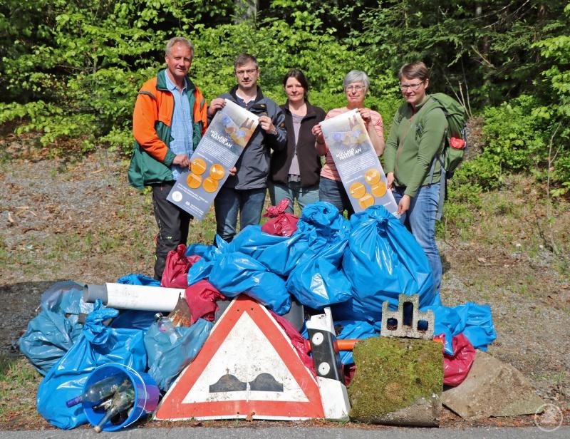 Nur einer von vielen Müllbergen, den die Nationalparkmitarbeiter bei der Ramadama-Aktion anhäuften.