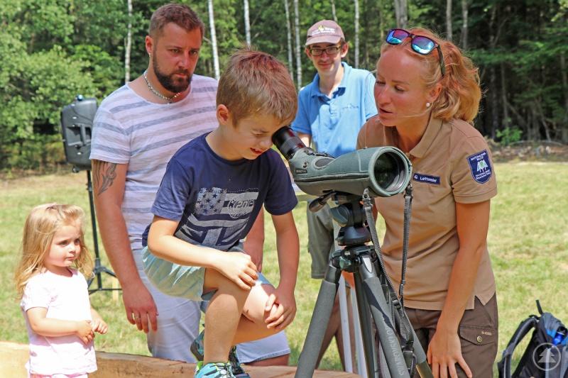 Bei Rangerin Alena Lettenmaier lag der Startpunkt der Weltreise mit dem Schwarzspecht. Über das Fernrohr mussten die Kinder ein Tier am Waldrand entdecken.