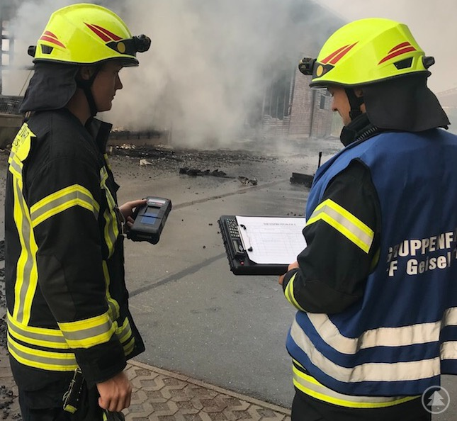 Feuerwehrler der FF Geiselhöring mit einem Mehrgasmessgerät.