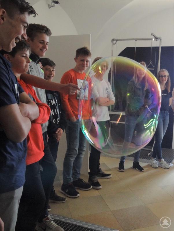 Da staunten die Achtklässler nicht schlecht, wie riesig Seifenblasen mit der richtigen Technik werden können!
