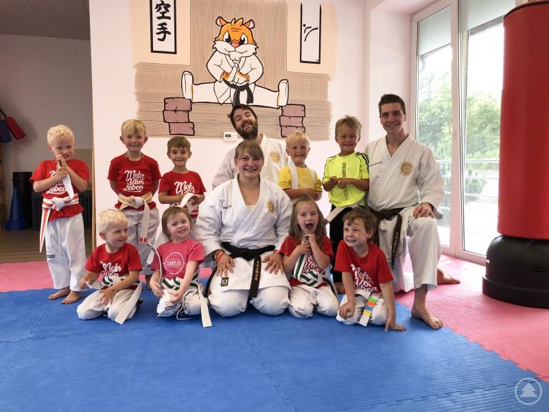 Die Mini-Tiger mit den Karatelehrern Ramona Gruber, Marco Kunzewitsch und Julian Reiß