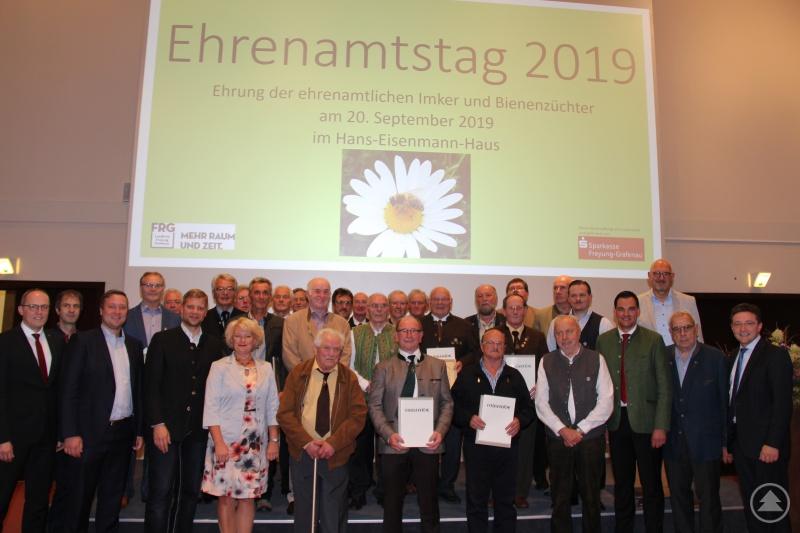 Die 26 Geehrten Imker und Bienenzüchter des Landkreises Freyung-Grafenau. Weitere Ehrengäste waren Otto Kötterl, Vorsitzender des Bezirksverbandes der Imker Niederbayern, Landtagsabgeordneter Manfred Eibl (beide hinten rechts) und Parl. Staatssekretärin Rita Hagen-Kehl (vorne links) sowie Landrat Sebastian Gruber (vorne rechts).