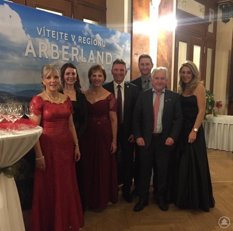 """Von der ARBERLAND Regio GmbH: Susanne Wagner, Barbara Stadler, Anna Sperlova, Markus König, Herbert Unnasch und Simona Fink sowie Georg """"Charly"""" Bauer (3.v.r.)"""