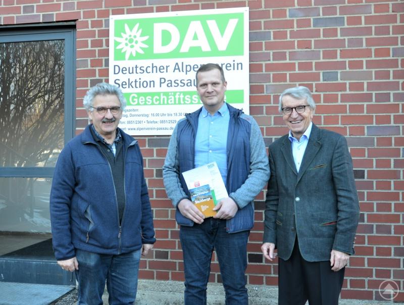 Sektions-Geschäftsführer Bernhard Pappenberger (l.) und der 1. Vorsitzende Prof. Dr. Walter Schweitzer heißen das 7.000ste Mitglied der DAV-Sektion Passau, Stefan Simet, willkommen.