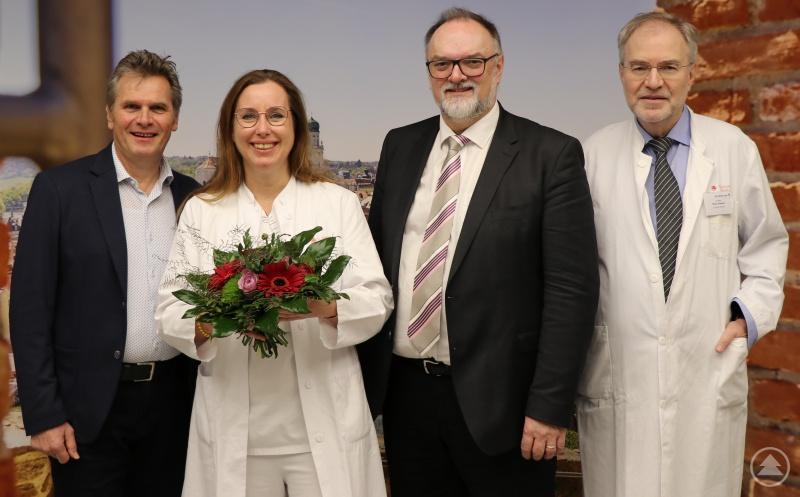 Oberbürgermeister Jürgen Dupper (2. von rechts) gratuliert der neuen Chefärztin Dr. Wiebke Kurre mit einem Blumenstrauß im Beisein des Werkleiters Stefan Nowack (links) und des Ärztlichen Direktors Dr. Hans Emmert.