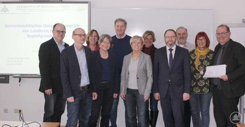 Die Teilnehmer des Begleitgremiumstreffens mit Landrätin Rita Röhrl sowie Christian Rindsfüßer und Doris Rudolf vom Institut Sozialplanung Bayern.