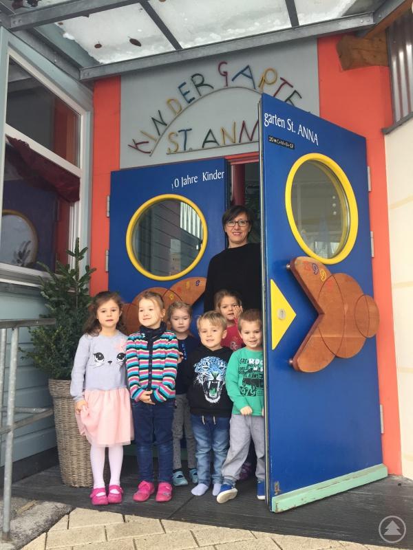 Kindergartenleiterin Silvia Winner-Schönberger mit einigen ihrer Schützlinge.