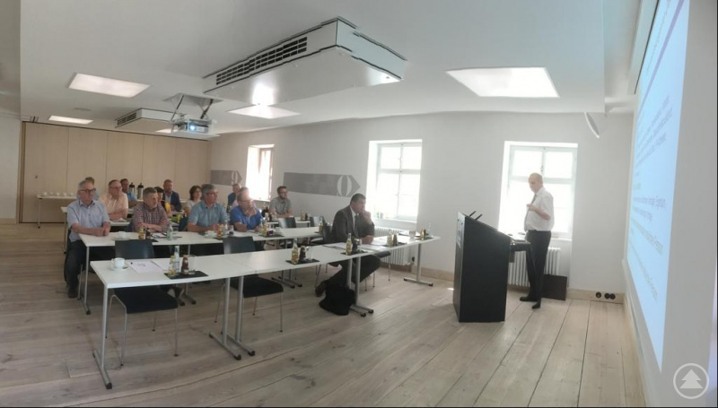 Intensiv diskutierten die beteiligten Kommunalen Vertreter mit den Referenten. Am Pult Udo Höhn, r. sitzend Michael Fritz.