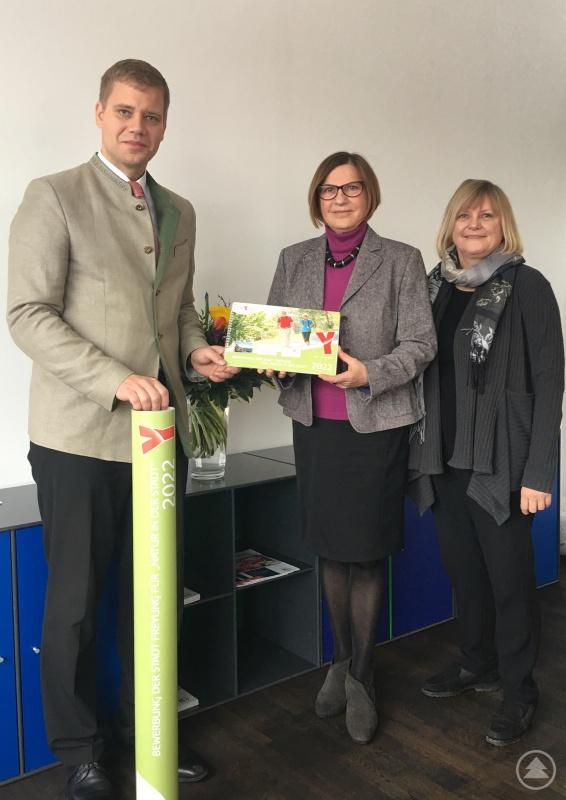 von links nach rechts: Bürgermeister Dr. Olaf Heinrich Dagmar Voß, Geschäftsführerin der Gesellschaft zu Förderung der bayerischen Landesgartenschauen mbH, Ingrid Rott-Schöwel, Prokuristin der Gesellschaft zu Förderung der bayerischen Landesgartenschauen mbH