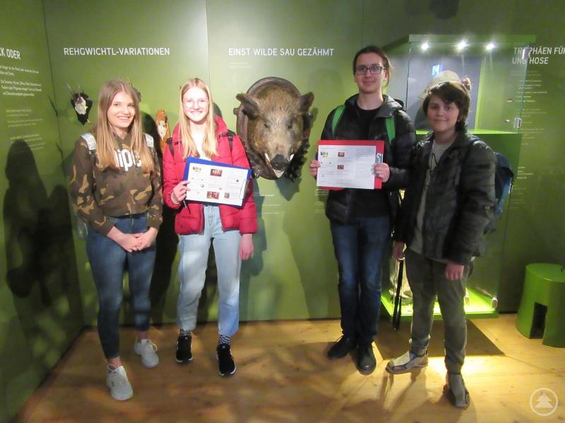 Stolz zeigen die Freyunger Schülerinnen und die Prachaticer Schüler, was sie als Team bei der Museumsrallye schon herausgefunden haben.