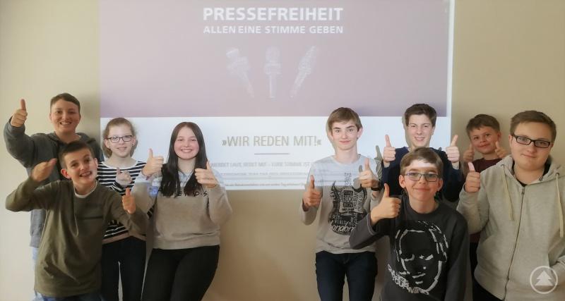 Daumen hoch für die Pressefreiheit! Die Schülerzeitungsredaktion um Isabell Stadler und Elias Segl (Mitte) hat sich dem Ziel verschrieben, aus Sicht von Jugendlichen für Gleichaltrige zu berichten und wird nun dafür in Berlin geehrt.