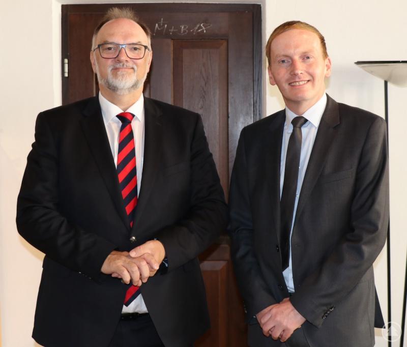 Oberbürgermeister Jürgen Dupper (links) heißt den Kaufmännischen Direktor am Rehafachzentrum Bad Füssing-Passau, Alexander Schunicht, herzlich willkommen.