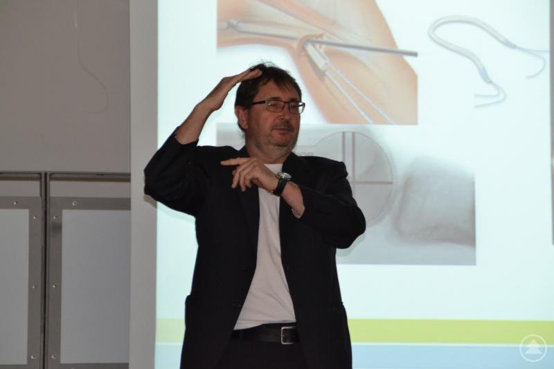 Dr. Dietmar Milkiewicz, Facharzt für Chirurgie und Unfallchirurgie erläutert anschaulich ein operatives Therapieverfahren.