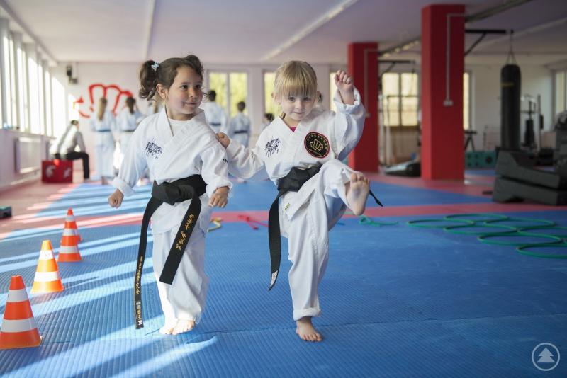 Die Karate-Schülerinnen Ronja und Nelly üben Sicherheitsregeln