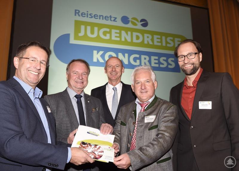 Von links: Ralf Olk (Reisenetz e.V.), Willi Killinger, Dr. Martin Spantig (Geschäftsführer Marketing - BAYERN TOURISMUS Marketing GmbH), Herbert Unnasch, Andreas Parl (BLSV Sportcamp Regen-Raithmühle).