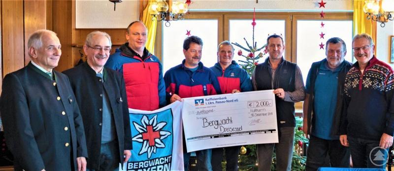Vorstandsvorsitzender Franz Kerschbaum (2.v.l.) und Vorstand Bernhard Bergmann (1.v.r.) überreichten den Scheck im Wert von 2.000 € an die Bergwachtler.