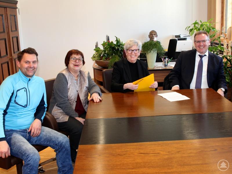Sie freuen sich, dass sie pflegenden Angehörigen unkompliziert helfen können (v.li.):  Marco Weber (BRK Pflegedienstleiter), die Kreisseniorenbeauftragte Christine Kreuzer, Landrätin Rita Röhrl und Markus Edinger (Direktor AOK Bayerwald).