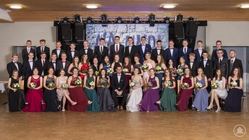 Die Teilnehmerinnen und Teilnehmer des Tanzkurses mit ihrem Tanzlehrer Daniel Steinbauer (1.Reihe Mitte)