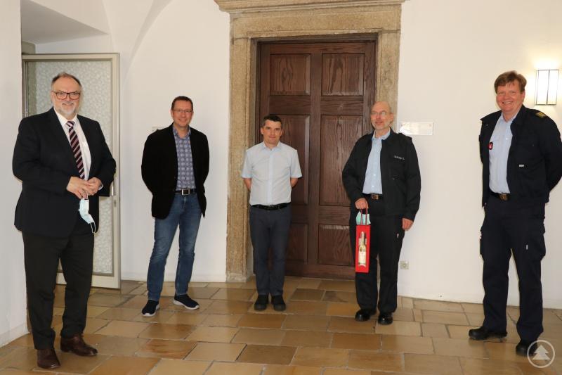 Oberbürgermeister Jürgen Dupper (links) dankt Sebastian Fehrenbach (Mitte) und Dieter Schlegl (4. von links) im Beisein von Stadtbrandrat Andreas Dittlmann (rechts) und Ordnungsamtsleiter Erik Linseisen.