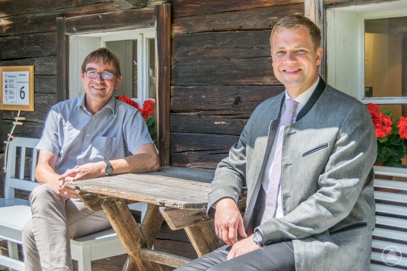 Der neue Leiter Dr. Volker Herrmann (li.) und Bezirkstagspräsident Dr. Olaf Heinrich vor der alten Dorfschmiede im Freilichtmuseum Finsterau.