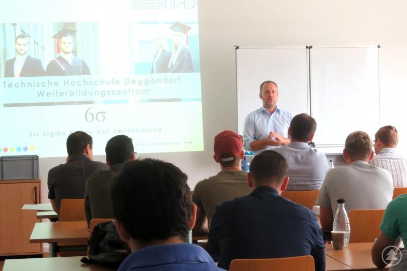Kursteilnehmende der Six Sigma Yellow Belt Zertifizierung mit Mario Kischporski, Leiter und Miteigentümer der COMPLAVIS® GmbH, im vergangenen Jahr.