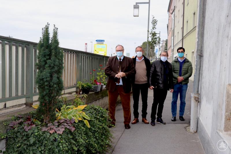 Oberbürgermeister Jürgen Dupper (von links) stellte gemeinsam mit Hermann Scheuer (Stadtgärtnerei), Rudolf Friedl (Stadtgestaltung) und Markus Weiherer-Steimer (Städtischer Bauhof) die nun abgeschlossenen Verschönerungsmaßnahmen am Anger vor.